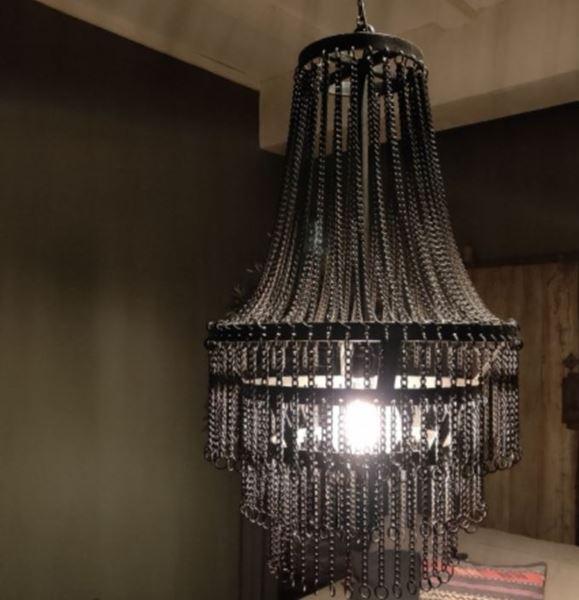 Afbeelding van Stoere hanglamp met metalen kettingen