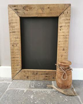 Afbeeldingen van Stoer krijtbord van oud geleefd hout