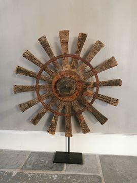 Afbeeldingen van Oud houten spinnewiel op statief