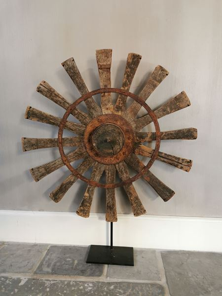 Afbeelding van Oud houten spinnewiel op statief