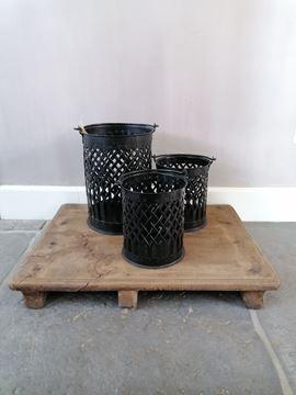Afbeeldingen van Stoer zwart metalen windlicht PTMD Collection L
