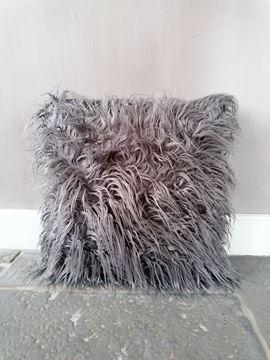 Afbeeldingen van Stoer & Stijlvol langharig schapenvacht kussen grijs
