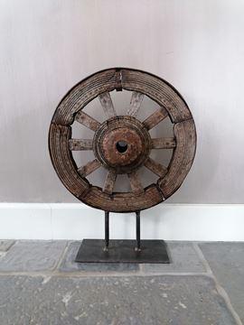Afbeeldingen van Oud wiel ornament op statief