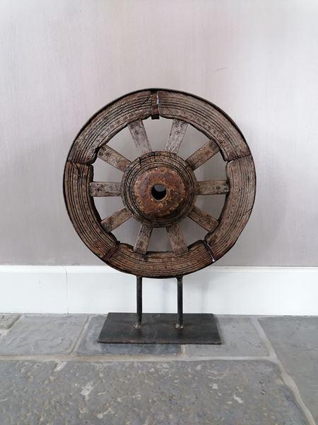 Afbeelding van Oud wiel ornament op statief