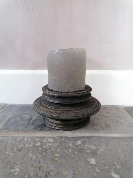 Afbeelding van Stoer & Stijlvol houten kandelaar zwart rond nr 1