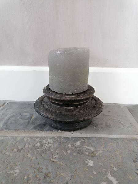 Afbeelding van Stoer & Stijlvol houten kandelaar zwart rond nr 2