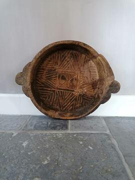 Afbeeldingen van Oud houten schaal gegrafeerd met handvatten nr 1