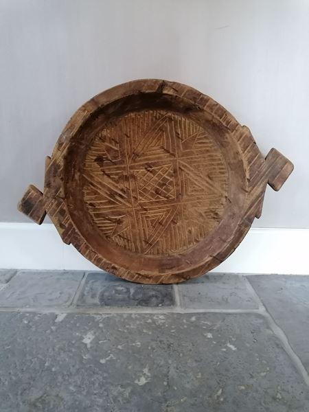 Afbeelding van Oud houten schaal gegrafeerd met handvatten nr 2